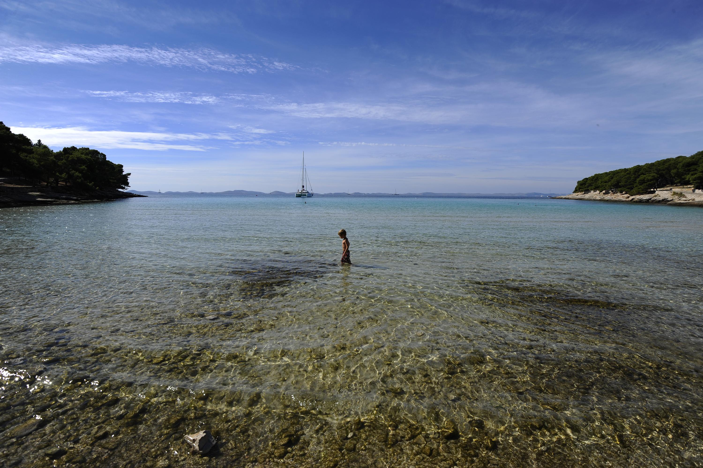 Otok Murter, 04.10.2013 - Unatoc jesenskim temperaturama na kopnu, turisti na plazi Slanica uzivaju u suncu i moru