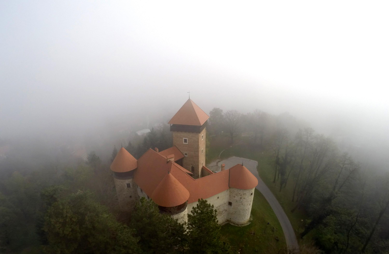 Karlovac, 07.11.2013 - Stari grad Dubovac obavijen jesenskom maglom