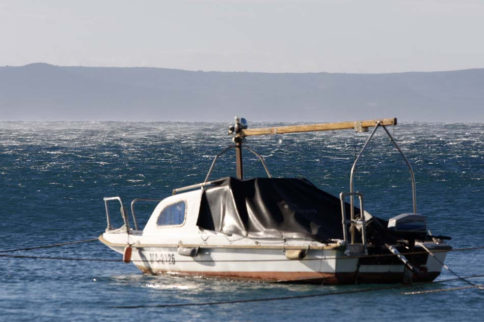 Makarska, 21.12.2014 - Jaka bura na makarskom podrucju prouzrocila probleme u pomorskom prometu