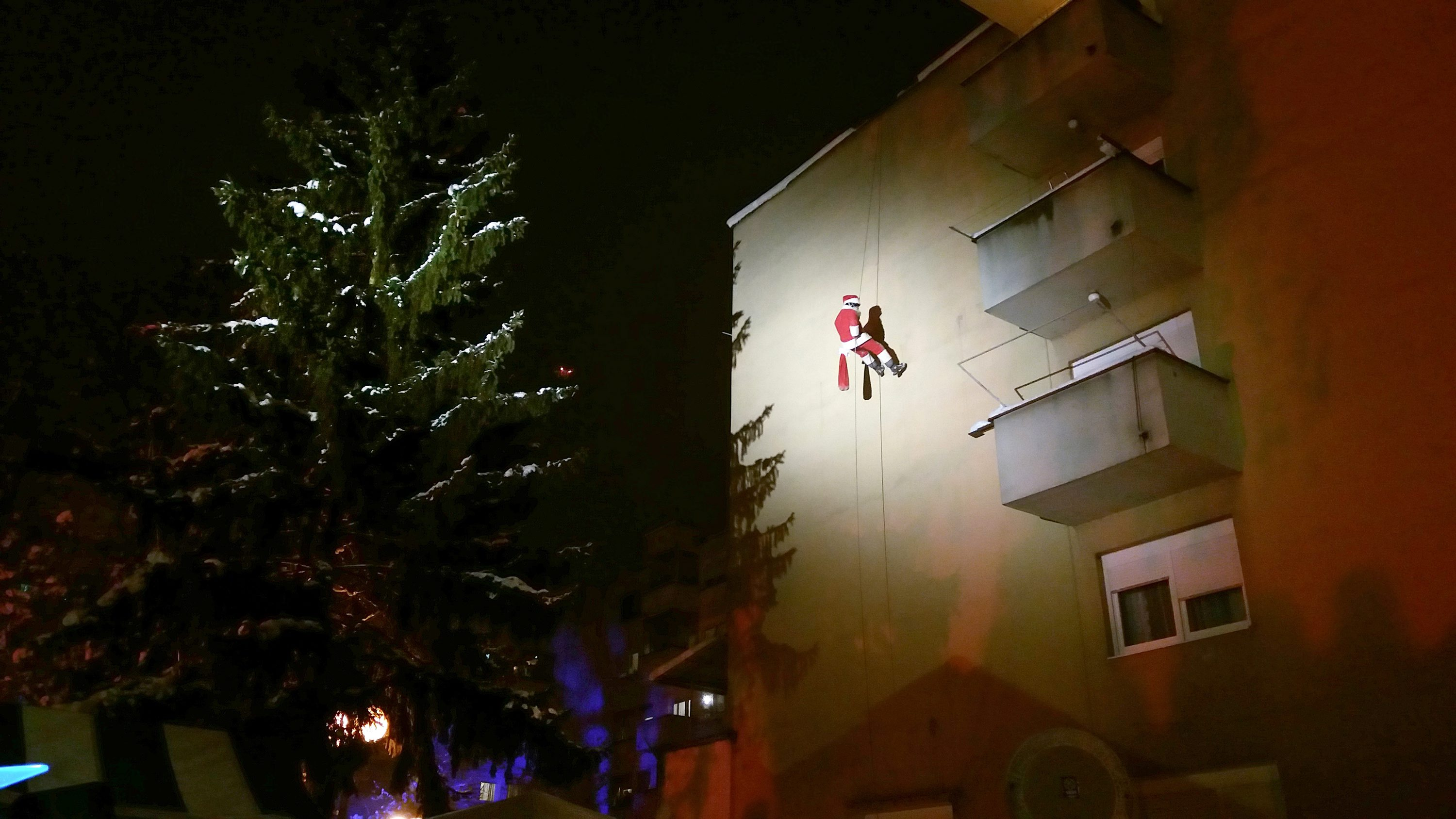 Santa climbing down a house in Lutvinka